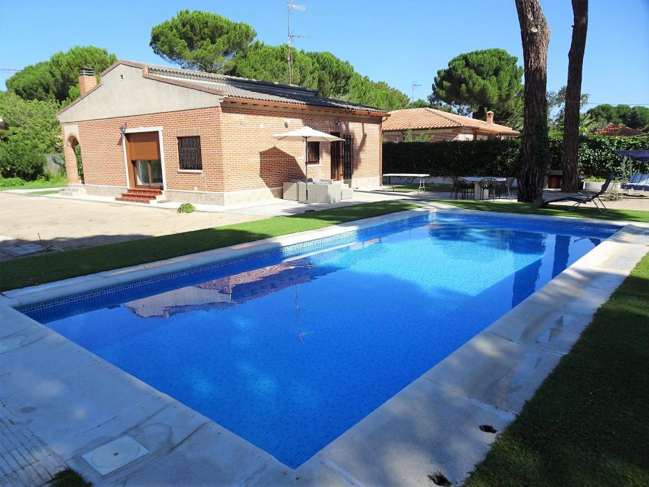 Chalet con piscina en parcela de 1270 m2