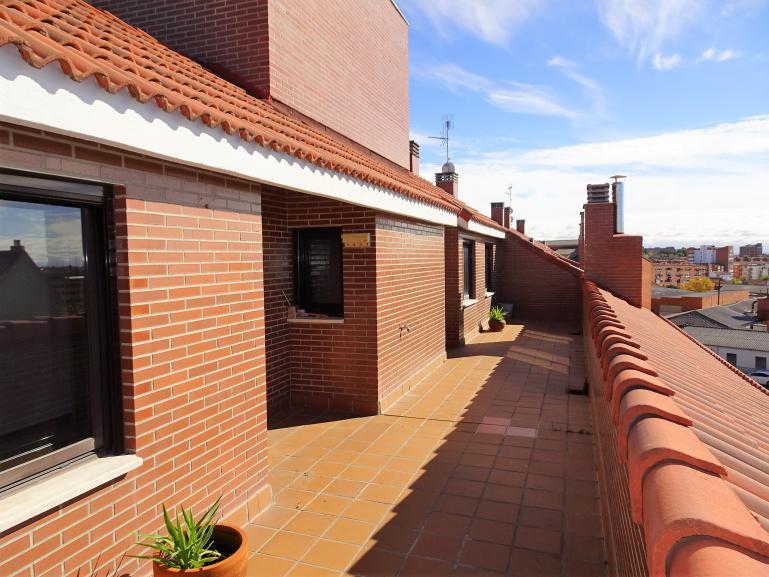 Ático seminuevo con 46 metros de terrazas, 2 dormitorios, garaje y trastero.